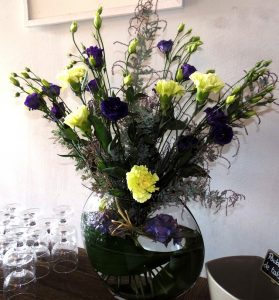 Bouquet grandes tiges de lysianthus violets et d'œillets verts