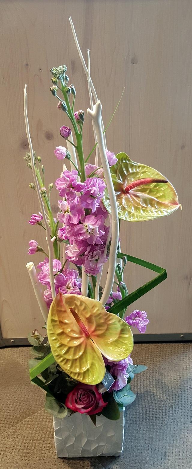 Composition en hauteur de fleurs pastels