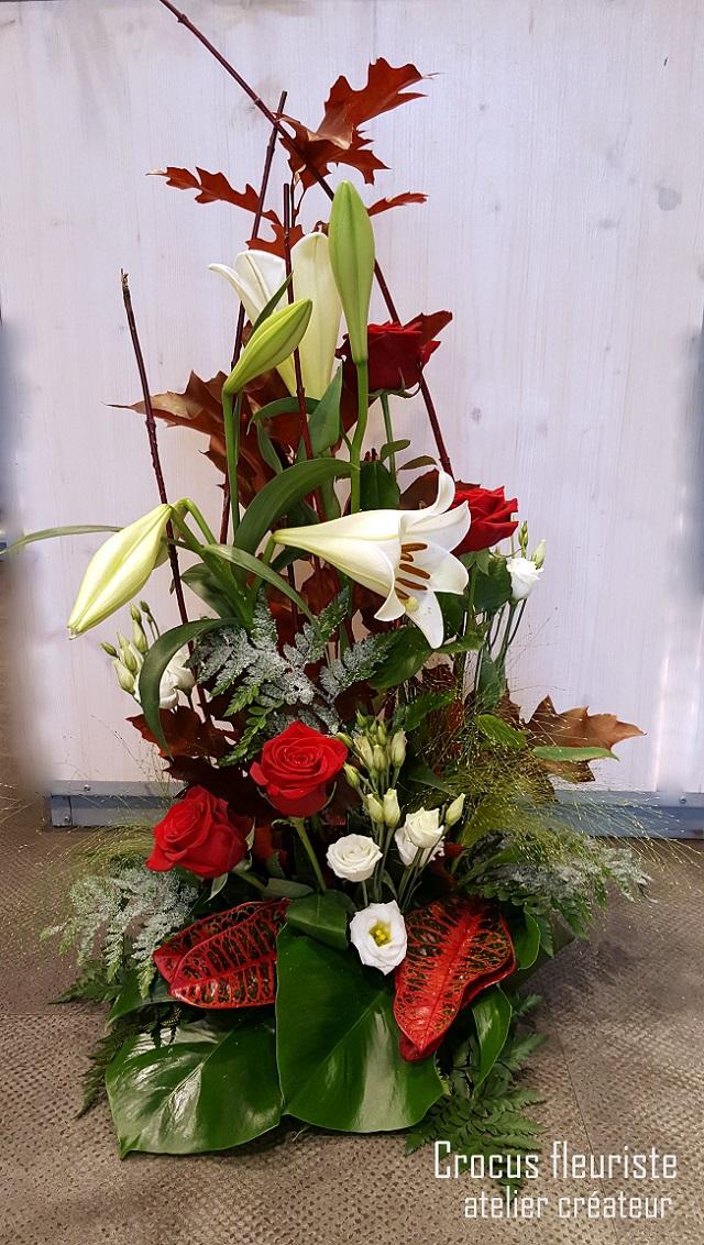 Composition de fleurs en hauteur rouge et blanche