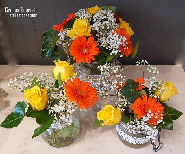 Centres de tables oranges et jaunes en bocaux